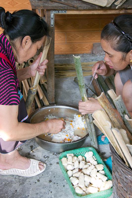 Bambu dolmasının hazırlanışı. Renkli parçalar balkabağı.