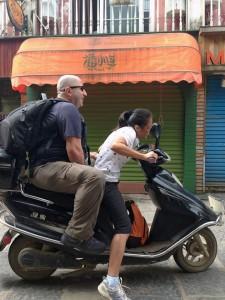 Rong Tolga'lı motorsikleti sürmeye çalışırken.